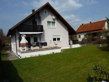 Gepfleges Einfam.-Haus mit zwei Terrassen, Brunnen und Doppelgarage mit Montagegrube in ruhiger Lage, 92720 Schwarzenbach, Einfamilienhaus