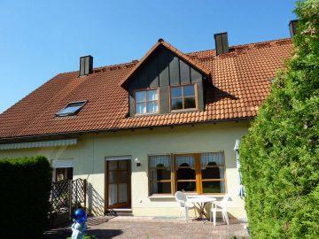 Für Kapitalanleger: Vermietetes, modernes RMH mit EBK, Garten, Garage und Stellplatz, 95478 Kemnath, Reihenmittelhaus