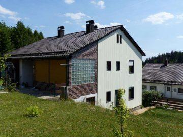 Für Eltern und Kinder!!! Günstiges Ein- oder Zweifam.-Haus mit Garage und Freisitz vor dem Haus, 92696 Flossenbürg, Einfamilienhaus