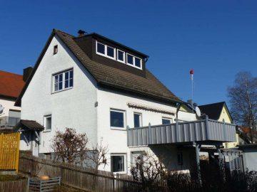 Ruhige Lage! Freistehendes Wohnhaus mit vier großen Garagen, Spitzboden ausgebaut, teilw. renoviert, 92637 Weiden, Einfamilienhaus