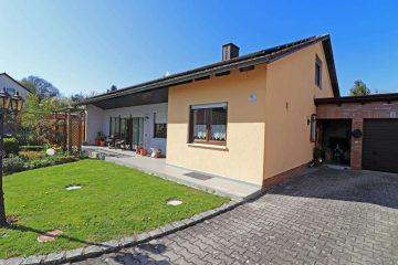 TOP! Ansprechendes Wohnhaus mit großem Grundstück, PV-Anlage und unterkellerter Garage, 92705 Leuchtenberg, Einfamilienhaus